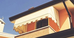 porque la estructura cubre toda la ventana sin que los rayos del sol se cuelen por los laterales algo que s puede ocurrir en los toldos de punto recto